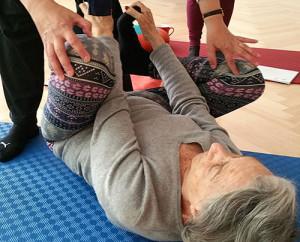 Dinah Rodrigues bei Hormon-Yoga Übungen